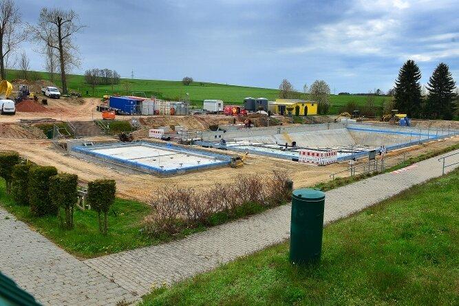 Das Freibad Hainichen wird derzeit für rund 2 Millionen Euro saniert. Zumindest ein Anbaden soll noch in diesem Jahr möglich sein.