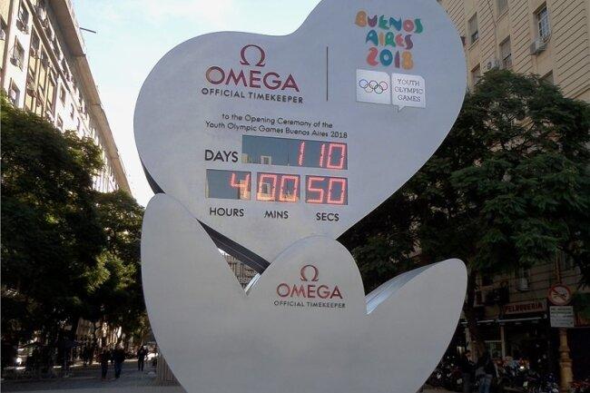 Die Countdown-Uhr in der Nähe des Obelisken zählt die Tage herunter.
