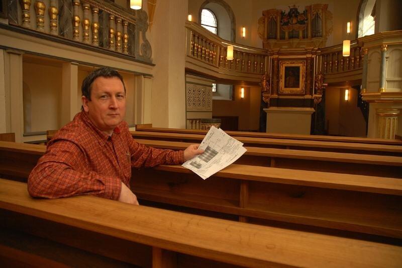 """<p class=""""artikelinhalt"""">Der Tischler der Frauenkirche Dresden, Sebastian Schulz, hat auch das Gestühl und die Fenster der Schlosskapelle Lichtenwalde hergestellt. </p>"""