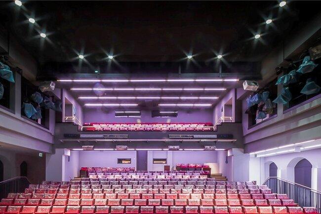 Offener, luftiger, mit größerer Beinfreiheit, optimierter Akustik und bereinigten Sichtlinien präsentiert sich der Zuschauerraum des Zwickauer Gewandhaustheaters nach der Sanierung.