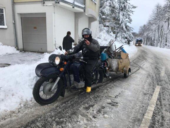Rainer Victor aus Borna-Dittmannsdorf war am Donnerstag der erste Winterbiker, der gegen 11.20 Uhr mit seiner Dnepr Augustusburg erreichte. Das Gespann ist Baujahr 1984. Der Bornaer hatte 98 Kilometer zurückgelegt und sei überall gut durchgekommen. Der Tacho des Gespanns zeigt 11.000 Kilometer - seit 20 Jahren. Nun wurde es abgesagt.