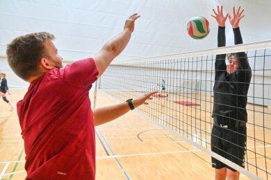 Wenzel Günter (links), Spieler des VSV Eintracht Reichenbach, vermittelte mit anderen Trainern den Jugendlichen Tipps und Tricks sowie taktische Feinheiten wie Schrittübungen, Blocken und Zuspiel.