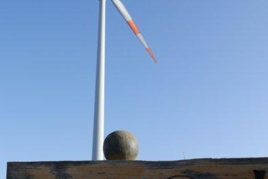 Die Aufforderung zum Pausieren im Windpark bei Erlau richtet sich nicht an die Anlagenbetreiber, sondern an Spaziergänger. Doch im übertragenen Sinn würden sich Anwohner von Langenstriegis das wohl auch für Planungsverfahren für neue Windräder wünschen.