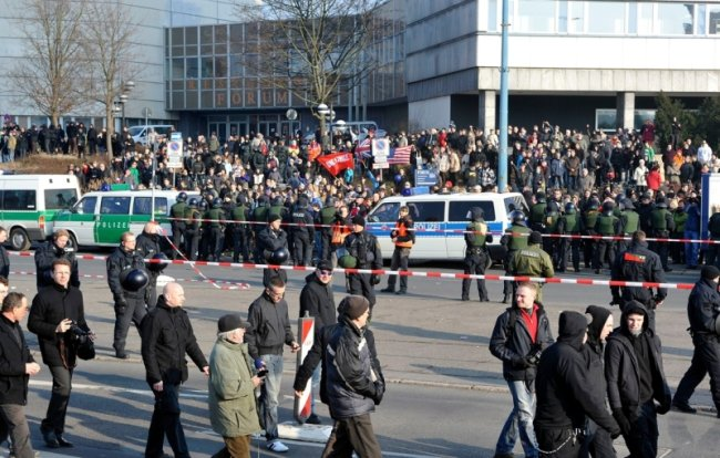 """<p class=""""artikelinhalt"""">Hinter der Polizeiabsperrung nahe dem Stadtbad erwarteten rund 1000 Gegendemonstranten den Aufmarsch der rechtsextremen NPD (vorn).  </p>"""