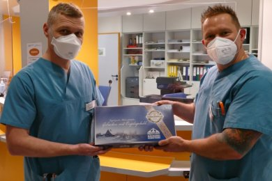 Um die Arbeit von Peter Faber (r.) während der Corona-Pandemie zu würdigen, überreichte der leitende Oberarzt der Zschopauer Notaufnahme, Torsten Kohlisch, dem pflegerischen Leiter einen Dankeschön-Stollen.