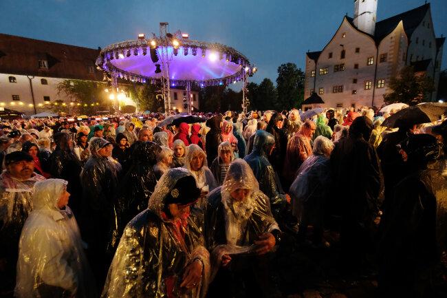 Besucher der MDR-Open-Air-Show «Die Schlager des Sommers» verlassen den Hof von Schloss Klaffenbach. Wegen eines heftigen Gewitters musste die Aufzeichnung unterbrochen werden.