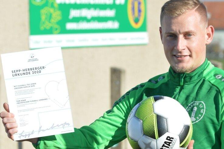 Tom Adam ist Fußballer beim Siebenlehner SV. Der ausgebildete Rettungssanitäter bekam für einen Notfalleinsatz bei einem Spiel in Wilsdruff die Sepp- Herberger-Urkunde des DFB verliehen.