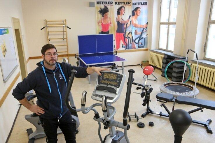 Matthias Trenkel mit den neuen Fitnessgeräten.