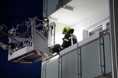In einer Wohnung an der der Faleska-Meining-Straße war am Mittwochabend ein Feuer ausgebrochen. Die Feuerwehr konnte einen Mann mit der Drehleiter retten.