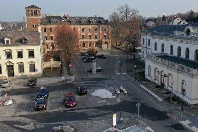 Der Bahnhofsvorplatz in Crimmitschau mit dem Empfangsgebäude (rechts) sowie der ehemaligen Post (Bildmitte). Foto: Mario Dudacy