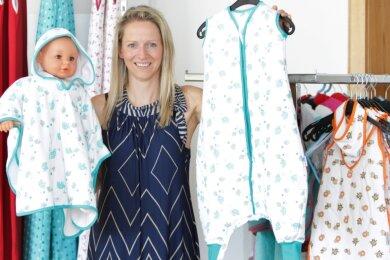 """Karina Grassy zeigt ihr """"Baby"""": Der Schlafsack mit Füßen ist ihr absoluter Verkaufsschlager."""