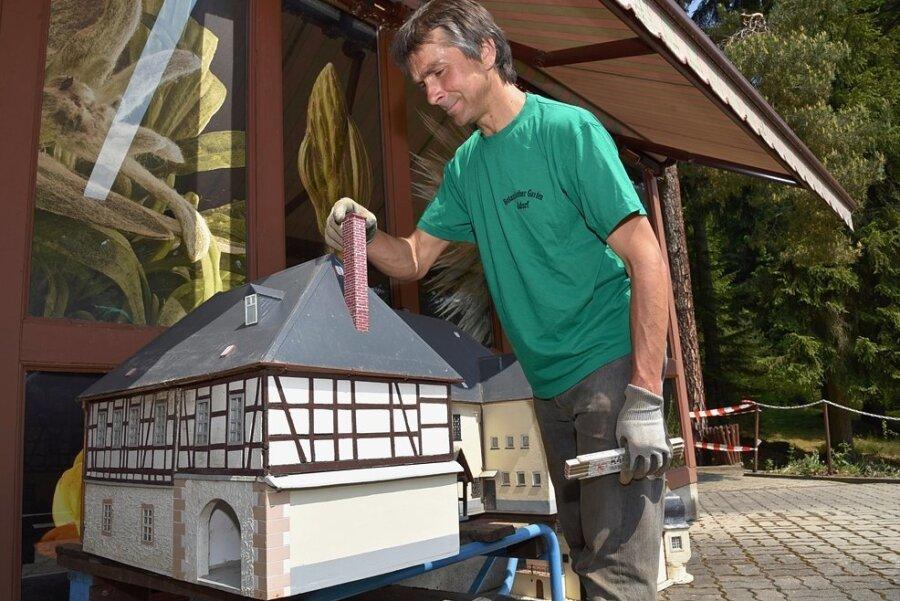 Die im Klein-Vogtland in Adorf von der Schlammflut mitgerissenen Modelle von Museum und Schlösschen Göltzsch sollen nach der Restaurierung wieder an der Insel am Teich aufgestellt werden. . Im Foto Rigo Schaller, Mitarbeiter der Anlage.