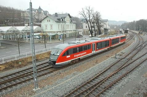 Busbahnhof (links) und Bahnsteige in Schwarzenberg sollen baulich enger verzahnt werden.