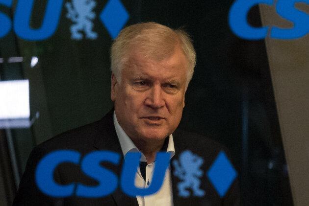 Horst Seehofer, CSU-Vorsitzender und Bundesminister für Inneres, Heimat und Bau, verlässt nach der Sondersitzung des CSU-Vorstandes das Gebäude. Thema der vorangegangenen Sitzung war die Bewertung der Ergebnisse des EU-Gipfels zur Asylfrage. Seehofer hatte in der Vorstandssitzung überraschend den Rücktritt von beiden Ämtern angekündigt.