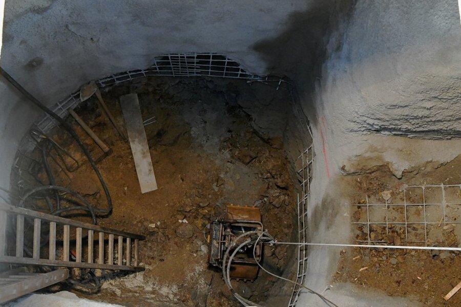 Bei der Straßenbaustelle an der Himmelfahrtsgasse in Freiberg wurde ein alter Schacht entdeckt.
