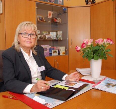 Ines Schneider ist die Chefin des Oelsnitzer Bestattungsunternehmens Trauerhilfe Heimkehr. Vor 30 Jahren, am 1. September 1990, gründete die heute 61-Jährige mit Partnern das Unternehmen.