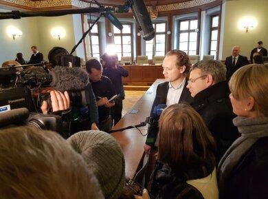 Der frühere Unister-Finanzchef Daniel Kirchhof (Mitte) und der Ex-Flugchef Holger F. (nicht im Bild) sind am Leipziger Landgericht des gewerbsmäßigen Betrugs für schuldig befunden worden. Unmittelbar nach der Urteilsverkündung zeigte sich Kirchhof konsterniert.