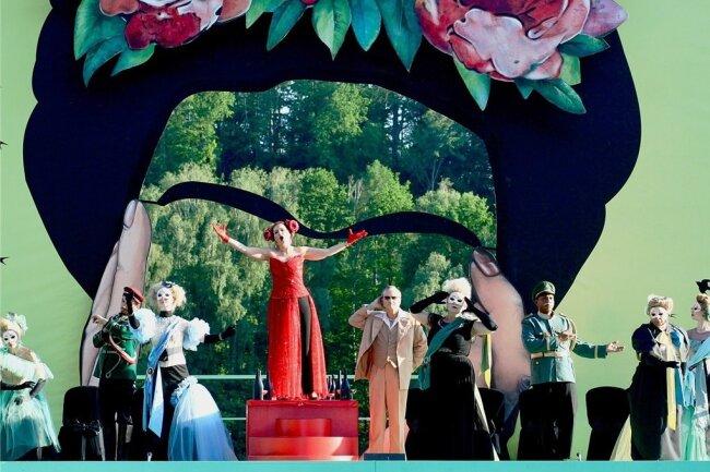 """Originelles Bühnenbild, super Sängerinnen und Sänger in schönen Kostümen, gut aufgelegtes Orchester: Generalprobe der """"Csardasfürstin"""" auf der Seebühne Kriebstein."""
