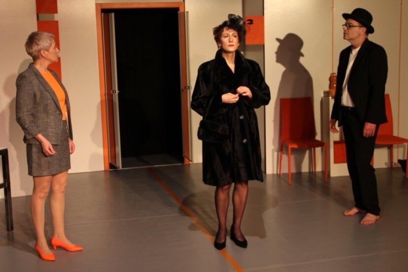 """Anna Silke Röder, Oda Pretzschner und Andreas Unglaub (von links) in dem 3-Personen-Stück """"One-Way-Ticket zum Mond""""."""