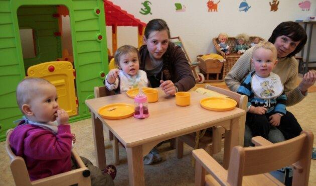 Praktikantin Gabriela Trommler (li.) und Erzieherin Christine Clausnitzer betreuen in der Forchheimer Kindertagesstätte die Krippenkinder.