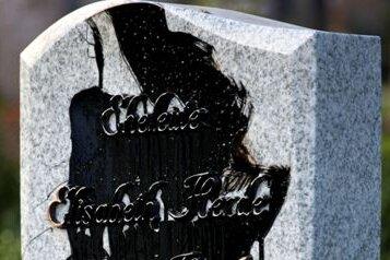 Unbekannte hatten auf den Ruhestätten in Zschopau und Krumhermersdorf etwa 270 Gräber mit einer teerähnlichen Flüssigkeit beschmiert.