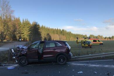 Zwei Menschen sind bei einem Unfall auf der S300 zwischen Beerheide und Jägersgrün schwer verletzt worden.