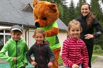 Dr. Bruno, Maskottchen des Hospizspendenlaufes, ist zusammen mitRichard, Sara und Anna und Mama Jana Dornakova (von links) losgeflitzt.