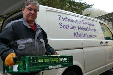 Jörg Bartholomäus gehört zu den Helfern, die jeden Tag mit dem Transporter Ware aus den Einkaufsmärkten und Bäckereien holen.
