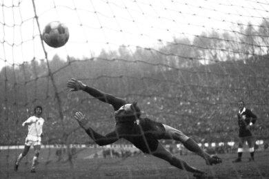 Verwandelte beim Elfmeterspektakel vor 45 Jahren sicher gegen Florenz-Torhüter Franco Superchi: Zwickaus Dieter Leuschner (links).