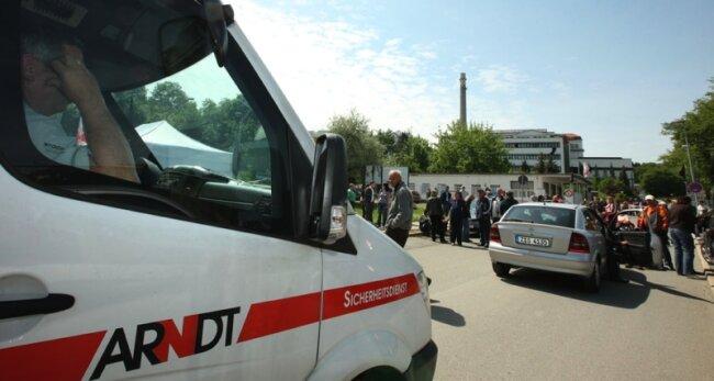 Für die Fahrzeuge einer Sicherheitsfirma war am Donnerstagmittag am Enka-Werkstor Schluss. Nach gut einstündigem Warten zogen die Sicherheitsleute wieder ab.