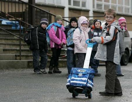 Imanuel Zeise aus der Klasse 2 a der Adam-Ries-Grundschule hat es gut. Er kommt mit dem Trolli zur Schule. Seine Mitschüler tragen alle einen Ranzen auf dem Rücken.