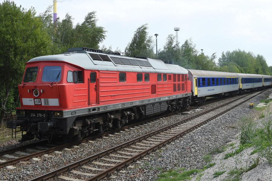 Ein Bild beinahe wie zu DDR-Zeiten, aufgenommen am Donnerstagmittag: Ein Regionalexpress nach Leipzig bei der Ausfahrt am Haltepunkt Chemnitz-Küchwald.