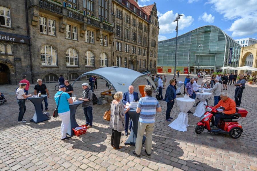 An Stehtischen, die vor dem Rathaus aufgereiht wurden, stellten sich die Bewerber vor.