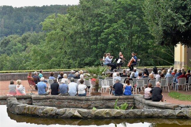 In idyllischer Atmosphäre ist die zweite Auflage der Kleinen Abendmusik an den Sieben Künsten im Schlosspark Lichtenwalde über die Bühne gegangen. Es gastierte das Kassberg-Quartett mit Hartmut Schill, Ruth Petrovitsch, Juliane Kunerth und Jakub Tylman.