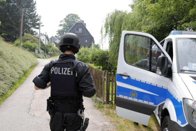 Auch in Pleißa waren Polizisten vor Ort. Seit Sonntag sucht ein Großaufgebot nach einem mutmaßlich bewaffneten 29-Jährigen.