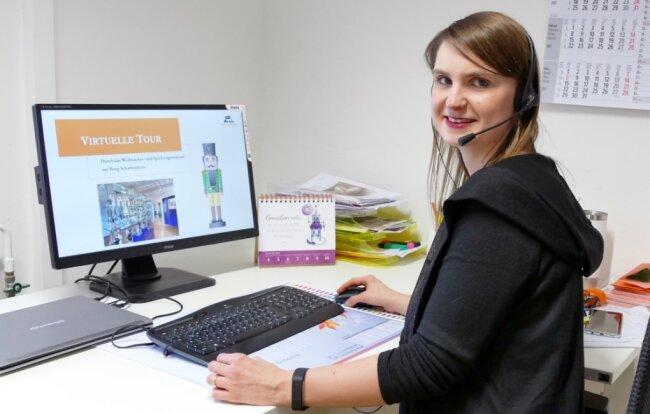 Via Computer leitet Museumspädagogin Marleen Dietz Webseminare. In diesem Fall handelt es sich um die virtuelle Tour durch das Weihnachts- und Spielzeugmuseum der Burg Scharfenstein.