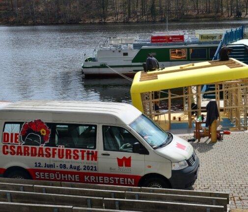 """Die Techniker des Mittelsächsischen Theaters haben auf der Seebühne mit den Vorbereitungen für das Bühnenbild der """"Csárdásfürstin"""" begonnen."""