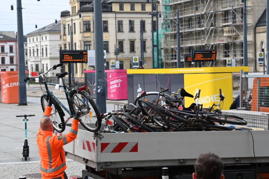Am Chemnitzer Hauptbahnhof: Stadt lässt herrenlose Fahrräder entsorgen