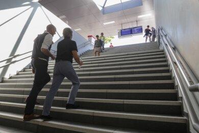 Der neue Fußgängertunnel, der Hauptbahnhof und Sonnenberg verbindet, wurde am Freitag eröffnet. Die Treppe führt zur Dresdner Straße. Am Ausgang Richtung Sonnenberg erhalten Reisende auf zwei Monitoren Informationen zu den nächsten Bahnverbindungen.