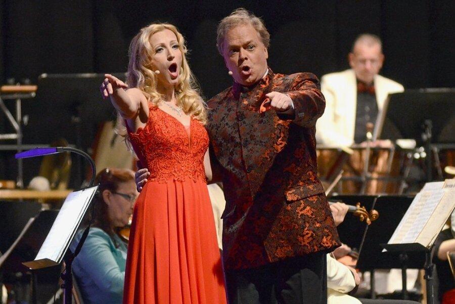 """Jeanette Wernecke und Heiko Reissig haben bei der Operettengala das Duett """"Ganz ohne Weiber geht die Chose nicht"""" aus """"Gräfin Mariza"""" von Emmerich Kálmán gesungen."""