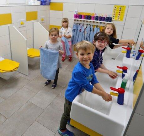 Die neuen Bäder sind speziell auf die Bedürfnisse der Kinder angepasst. So sind die Toilettendeckel durch ihre Form einfacher zu greifen.