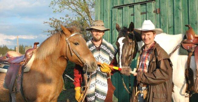 """<p class=""""artikelinhalt"""">Mike Petzold (links) und Denny Heinze haben als Sternreiter zu den Karl-May-Festtagen die längste Strecke mit ihren Pferden Naja und Hella zurückgelegt.</p>"""