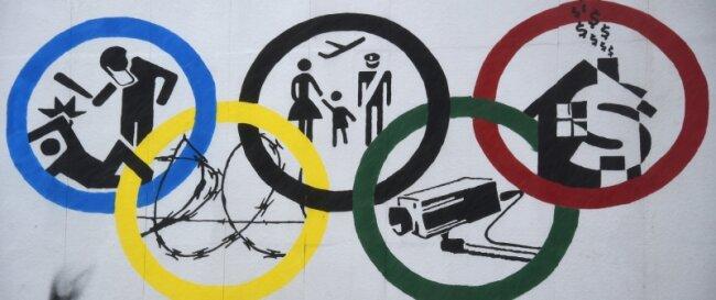 Eigentlich stehen die Olympischen Ringe für die fünf Kontinente. Dieses Plakat an der Roten Flora - einem linken Kulturzentrum im Hamburger Schanzenviertel - füllt das Symbol der Spiele mit Kritik.