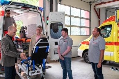 Dirk Roscher vom Johanniter-Regionalvorstand (vorn links), Kevin Heinrich (hinten links), der 2. Beigeordnete Jörg Höllmüller sowie Dirk Weigand und Holger Uhlig (v. l.) am neuen Mehrzweckfahrzeug der Johanniter, das in der Rochlitzer Rettungswache stationiert ist.