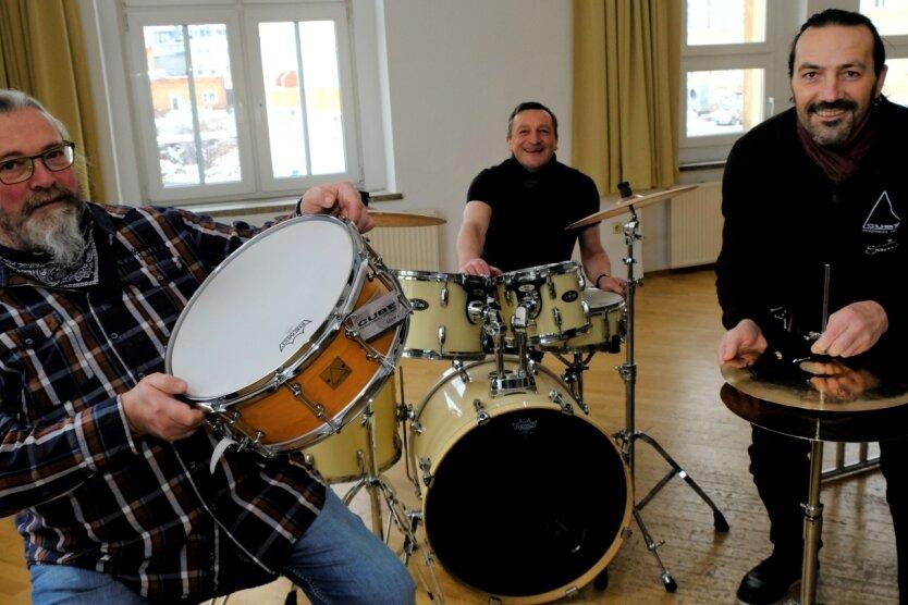 Musikschullehrer Thomas Bartlog (l.) mit der neuen Snare. Daneben die Macher von Cube Personal Drums aus Plauen: Ulf Törppe am Schlagzeug der Musikschule, und Firmengründer Dirk Törppe (r.) montiert die neue Hi-Hat.