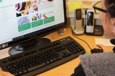 Schulleiterin Manuela Kunert und ihr Team arbeiten mittlerweile gut mit der Plattform Lernsax - vorausgesetzt die ist im Netz verfügbar.