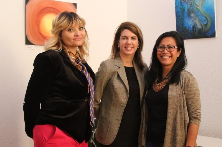 Becky Hellwig (links) und Eden Nares (rechts) freuten sich über den Besuch der Konsulin Lachlyn Soper (Mitte).