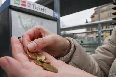 Ab Mitte November können Fahrscheine im Bus nicht mehr mit Bargeld bezahlt werden. Eine Alternative ist dann der Ticketautomat.