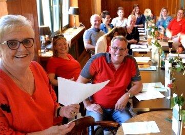 """Heidi Hinkel (l.) führte zum zweiten Mal einen Workshop zum Thema """"Büttenreden"""" im Freiberger Tivoli durch."""