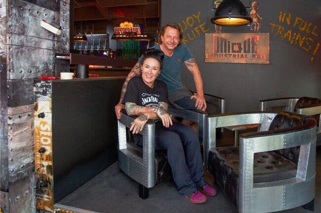 Caroline Pflug und Michael Baumgärtel in ihrer neuen Bar Unique. Links im Hintergrund sieht man den grünlich leuchtenden Wasserfall über der Theke.